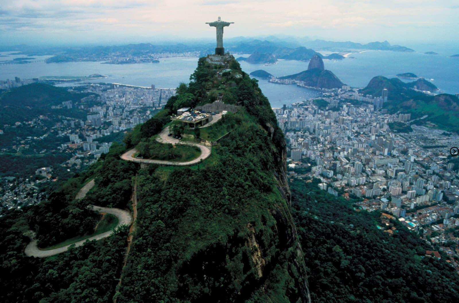 Qual é o nome da montanha que tem a estátua? 8