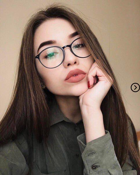 Top 20 photos of girls with Glasses that are too hot for the Internet to look 1