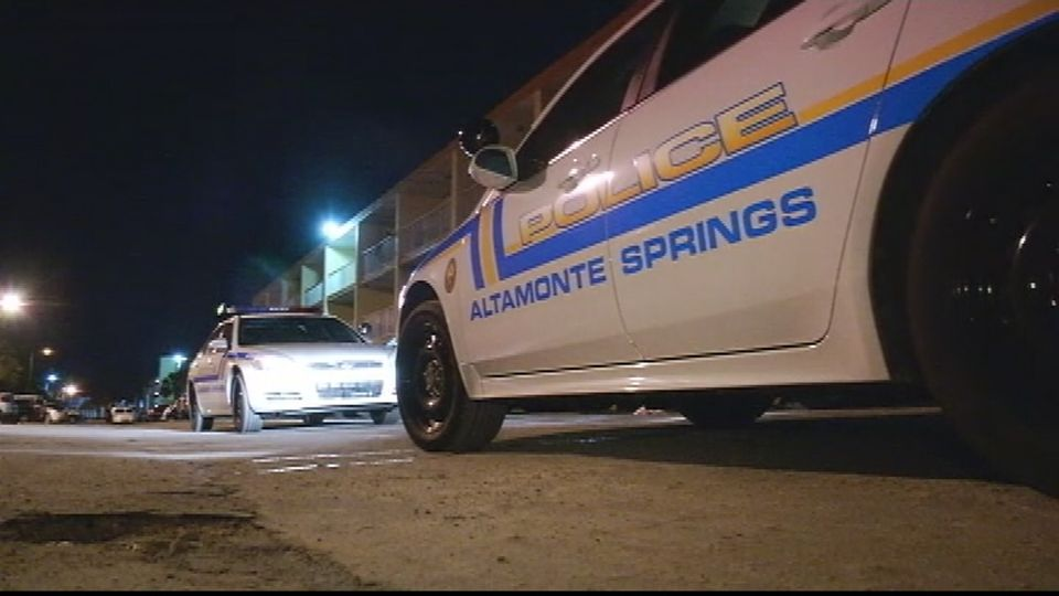 2 shot, 1 fatally, on porch near Teakwood lane